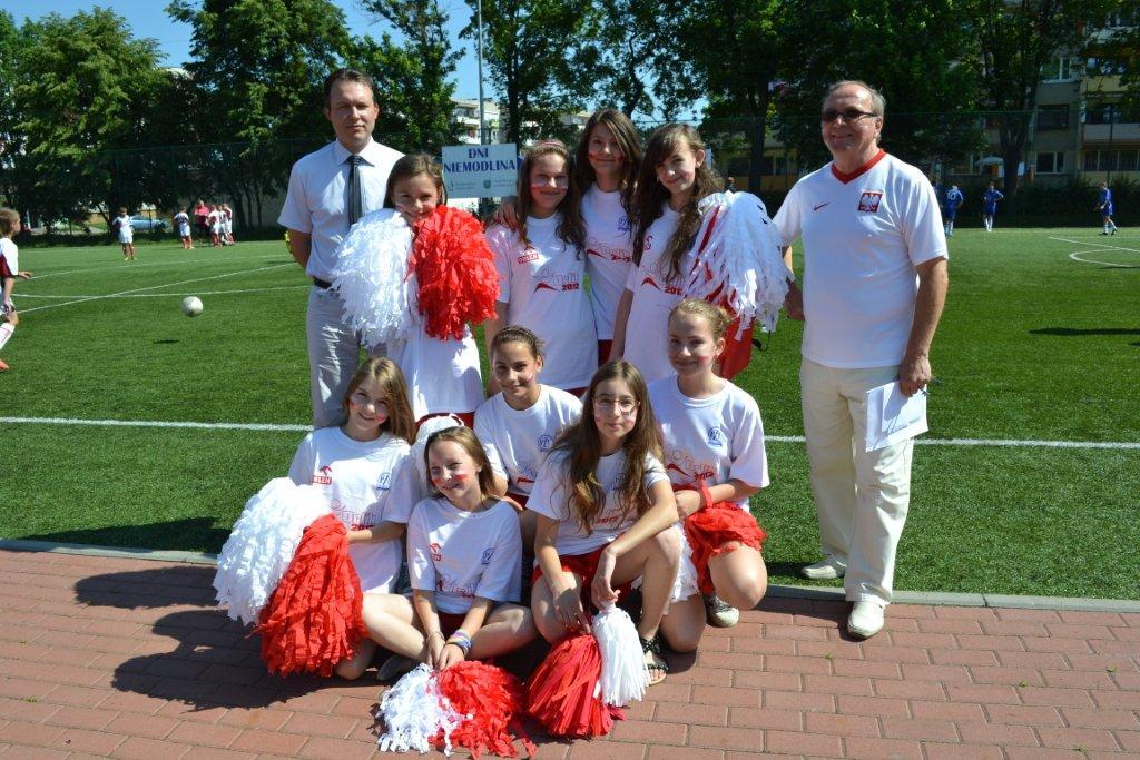Grupa taneczna Szkoły Podstawowej nr 1 w NIemodlinie wraz z dyrektorem Janem Janikiem oraz Bartłomiejem Kostrzewą.jpeg