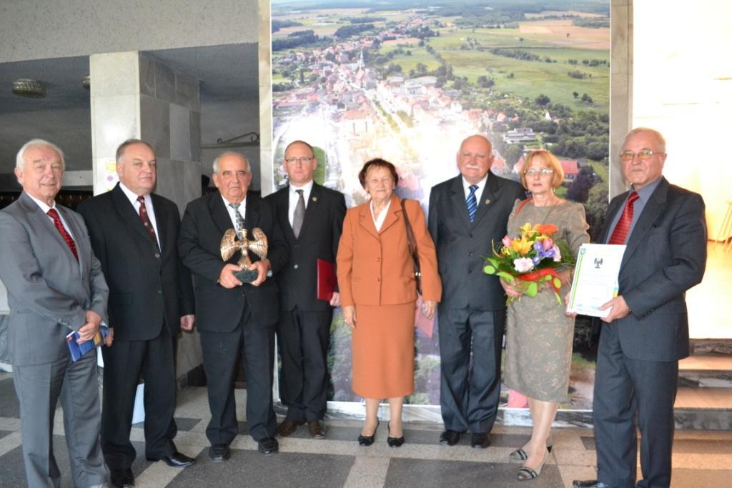 laureaci Złotego Sokoła z przewoniczącym RM i burmistrzem Niemodlina.jpeg