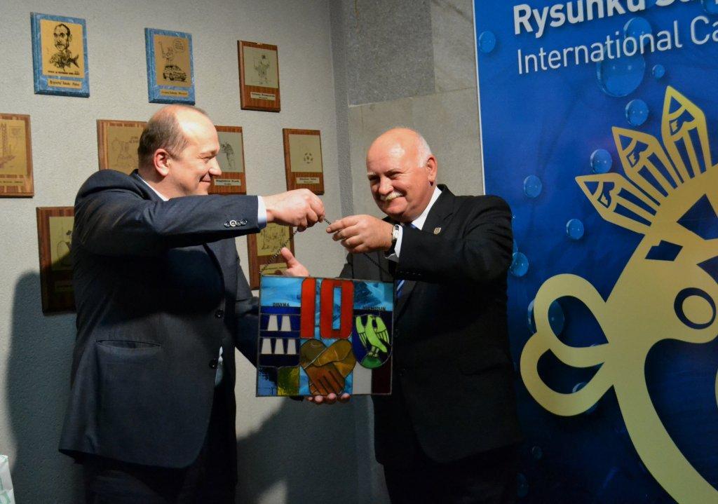 Burmistrz Doliny Wołodimir Garazd wręcza Mirosławowi Stankiewiczowi prezent z okazji dziesieciolecia współpracy partnerskiej obu miast.jpeg