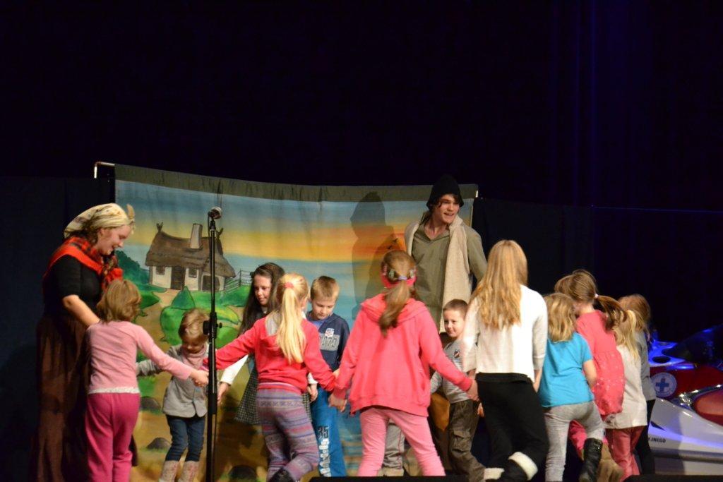 Przedstawienie teatralne o złotej rybce dla młodej publiczności Małego Karpika (1).jpeg