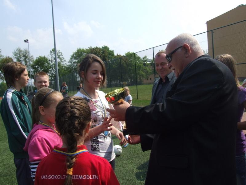 burmistrzowie wręczają puchar, medale i dyplomy zwycięskiej drużynie w tenisie stołowym UKS Sokolik.jpeg