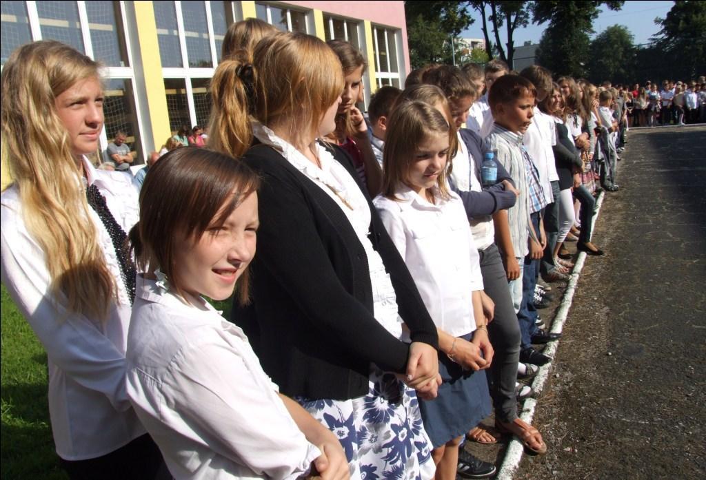 uczniowie na uroczystym apelu na rozpoczęcie roku szkolnego.jpeg