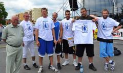 zwycięzcy w Streetballu - Grupa trzymająca wagę P.jpeg