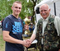 Krzysztof Krząstek - zwyciezca zawodów wędkarskich razem z Burmistrzem Niemodlina P.jpeg